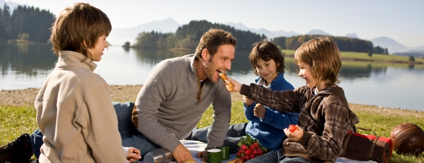 Family_picnic_at_lake